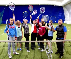 Счастливые лица после тренировки по большому теннису